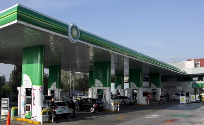 Pese a baja en precios de combustible, gasolineros abusan