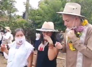López-Gatell prueba plantas medicinales durante su visita a Puebla