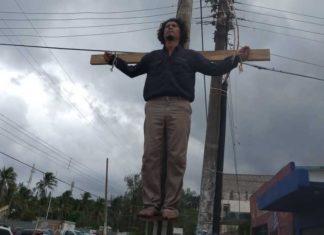 Se crucifica por falta de trabajo