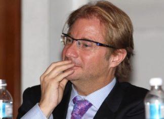 Ficha roja Andrés Roemer