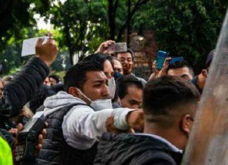 """Este lunes luego de que fueran agredidos por policías de la Ciudad de México, alcaldes electos y legisladores electos de oposición informaron que dichas agresiones serán denunciadas ante el Congreso de la CDMX. Así lo afirmó Sadra Cuevas, alcaldesa electa de la Cuautémoc, quien dijo que dichas agresiones no se pueden permitir, ya que no solo son contra ellos, sino que también contra las personas que los acompañaban. Sandra Cuevas aseguró que si el Gobierno local """"arregla las cosas de forma violenta entonces el ejemplo va a continuar para todas las vecinas y vecinos de toda la Ciudad de México"""". Dijo que """"Vivimos en un país violento en donde todo lo quieren arreglar a punta de balazos, no es el ejemplo que debe de dar nuestra Jefa de Gobierno, le pedimos que trabajemos de forma coordinada, de forma de forma institucional, de forma respetuosa y pacífica en beneficio de la Ciudad de México"""". Al referirse a la reunión que mantendrán alcaldes electos de oposición con la Jefa de gobierno capitalino, Claudia Sheinbaum el próximo 3 de septiembre, Sandrá Cuevas dijo que le propondrá """"trabajar de manera coordinada, institucional y que no ocurran este tipo de agresiones como el día de hoy que lo único que intentábamos hacer los alcaldes electos era entrar al Congreso a un espacio que es también de nosotros y hubo mucha agresión. La violencia no se puede permitir en un país como México""""."""