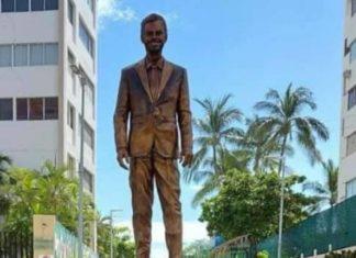 Cubren estatua de Eugenio Derbez